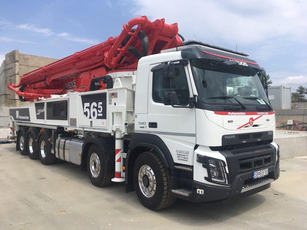 Betónpumpa na podvozku Volvo FMX s 54,5 metra dlhým ramenom