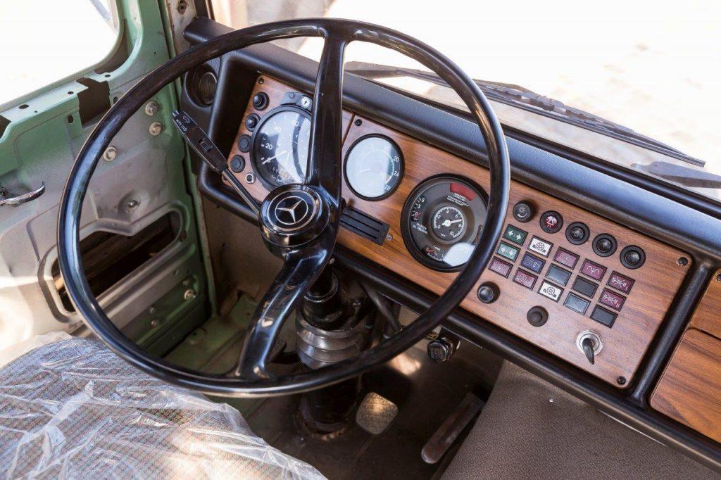 Palubná doska staršieho nákladného vozidla Mercedes-Benz Trucks